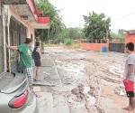 Colapsan calles por obra de drenaje ´patito´