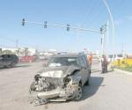 Derrapa y choca semáforo