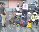 Derrapa motocicleta al arrancar y se lesiona conductor