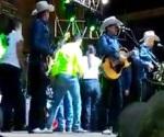 Así atendieron a Lupe Tijerina en el escenario (Video)