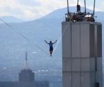 Alemán atraviesa Reforma a más de 200 mts de altura