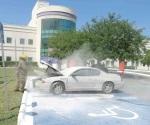 Cortocircuito causa incendio en vehículo