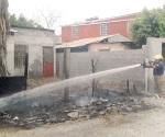Salvan bomberos vivienda de arder por culpa de un basurero encendido