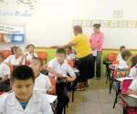 Reparten útiles escolares a los niños humildes