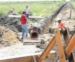 Dan mantenimiento a canales y compuertas