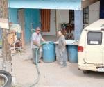Apoyan con pipas de agua a residentes de los Cavazos