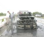Fuego reduce a chatarra vehículo de un zoológico