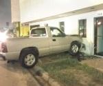 Abandona su camioneta estrellada contra local