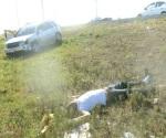 Crispante muerte sufre al salir disparado de vehículo