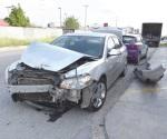 Impacta camión estacionado al perder control