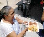 Dan de comer con más de mil platos a necesitados