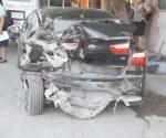 Sin control camioneta se impacta