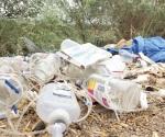 Tiran hospitales basura infecciosa en un camino