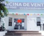 Clausuran ciudadanos oficinas y casa muestra de fraccionamiento en demanda de agua