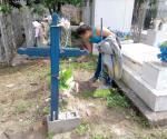 Ayuda a su padre a limpiar tumbas