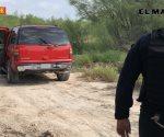 Abandonan camioneta al huir, tras ser sorprendidos robando