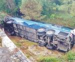 Cae ómnibus de un puente: mueren 6