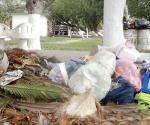 Acumulan desechos en la plaza de Los Enamorados