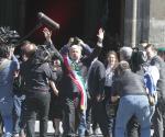 Recibe AMLO muestras de alegría en Palacio Nacional