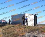 Vuelca camión con material peligroso