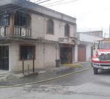 Fuego amenaza con destruir una vivienda
