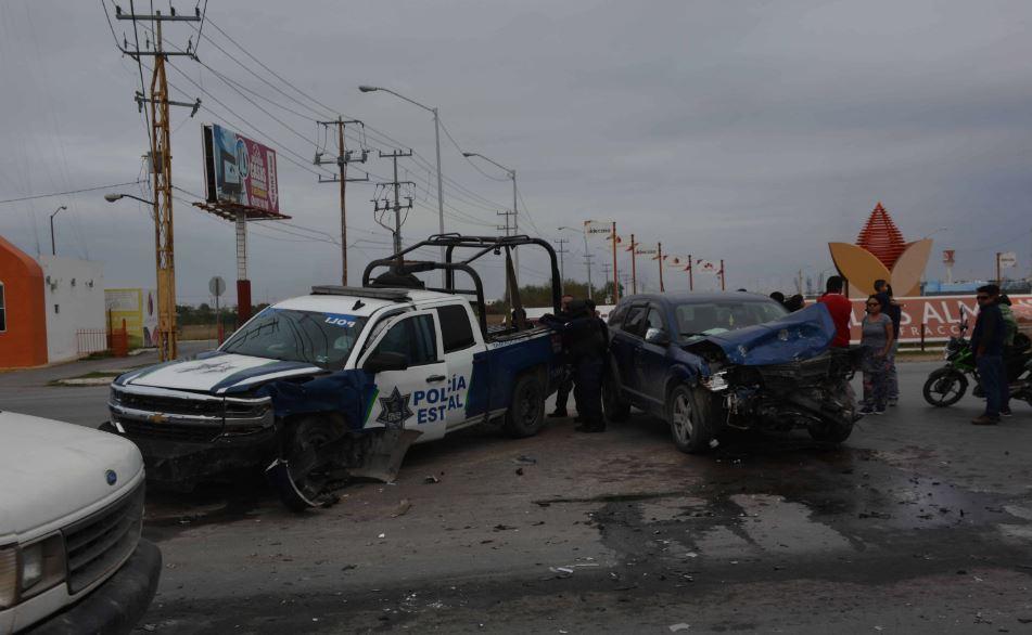 En el entronque de la avenida principal de Almendros y carretera a San Fernando, se impactaron la patrulla y la Journey.