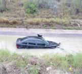 Se proyecta automóvil al canal desalinizador y huye conductor