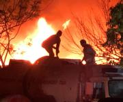 Corto circuito a causa fuertes vientos provoca incendio