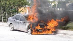 Arde carro estacionado por un corto