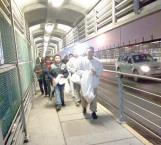 Deportan a 60 inmigrantes por el puente internacional