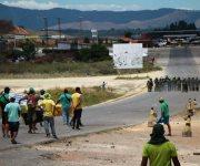 Chocan manifestantes contra militares en puente Simón Bolívar