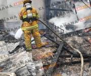 Combaten fuego vecinos incendio en casa de madera