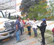 Libran la muerte tras volcar camioneta frente a cuartel de Reynosa