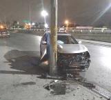 Impacta camioneta contra un poste