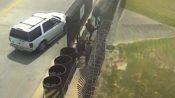 Tratan de cruzar ilegalmente el Puente Intl. Anzaldúas y uno de ellos ¡se queda colgando en el alambrado de seguridad!