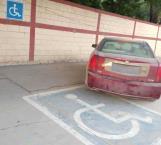 Confrontan a mujer que aparcó sobre espacio para discapacitados