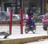 Arriesgan a menores sin casco en motocicletas