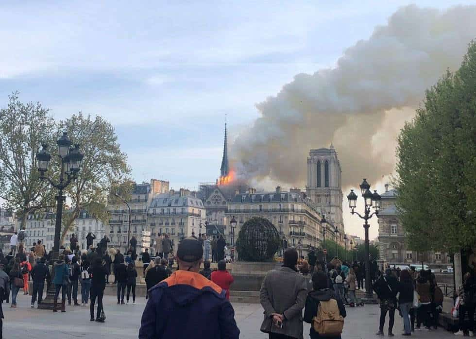 El humo que sale del incendio de la catedral de Notre Dame de París, declarado hacia las siete de la tarde de este lunes, es visible a kilómetros de distancia.