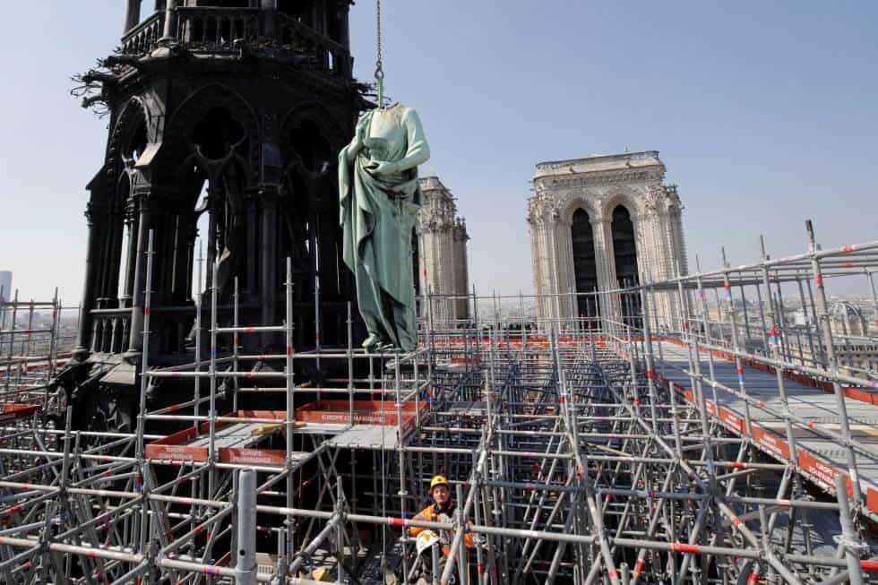 El pasado 11 de abril se retiraba la estatua de San Juan de una de las torres de Notre Dame por los trabajos de restauración.