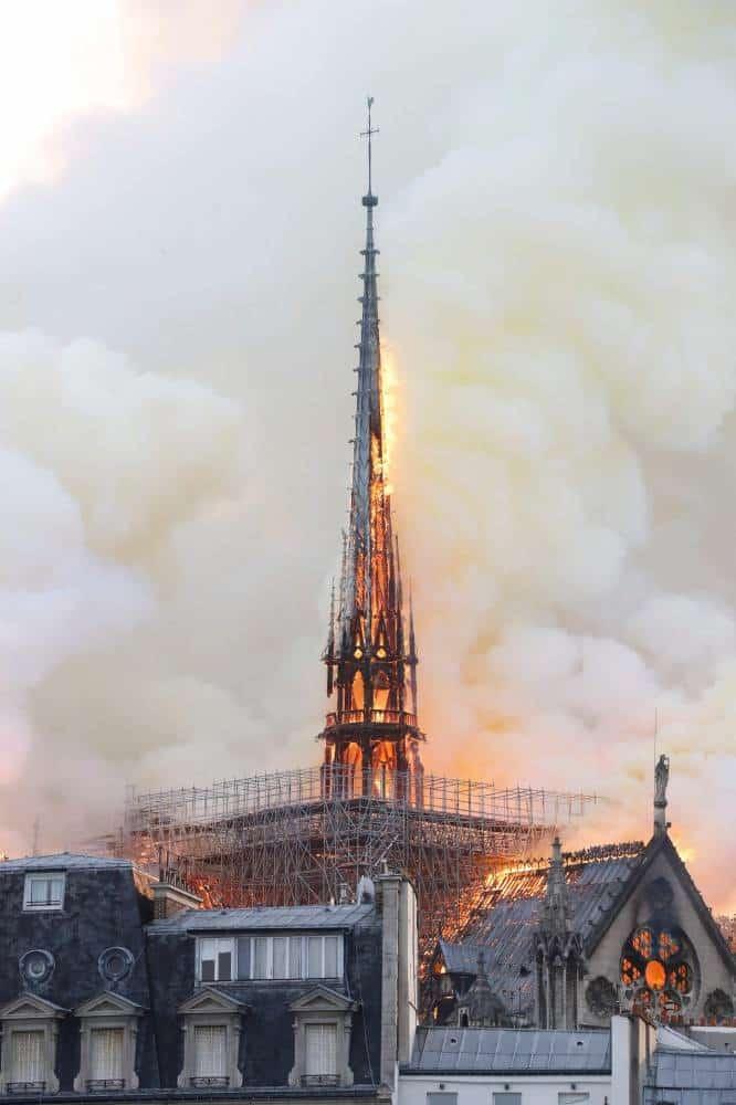 Las llamas envuelven la aguja de la catedral de Notre Dame, que se ha desplomado poco después de haberse tomado esta imagen.