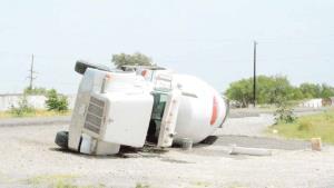 Vuelca una revolvedora de cemento en carretera federal