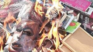 Sacerdotes católicos queman libros y objetos de Harry Potter