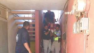 Anciano cae por las escaleras del edificio donde vive
