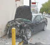 Le fallan frenos y choca camioneta que pasó ilegalmente