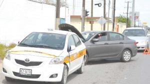 Provoca aparatoso choque cuando su auto sufrió apagón