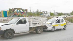 Choca por alcance un taxista