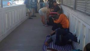 Duermen migrantes en puente Las Flores