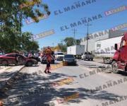 Conductora herida tras chocar su auto contra un tráiler