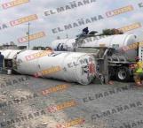 Vuelca pipa cargada con aceite en carretera a Monterrey
