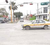 Se pasa luz roja y causa accidente vial